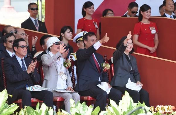 馬英九與蔡英文兩人在國慶大會中零互動,僅在大會結束時以握手致意。(記者方賓照攝)