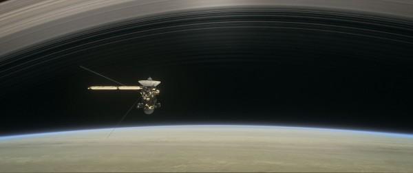 卡西尼號在4月22日開始進行最終任務,利用衛星引力進入新軌道,穿越土星大氣層邊緣和土星環之間,幫助科學家了解土星的起源。(法新社)