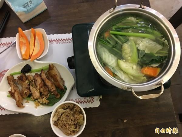 苦茶油雞腿、有機蔬菜鍋加上一碗高麗菜飯,真的是都會人的奢華饗宴。(記者蔡宗勳攝)