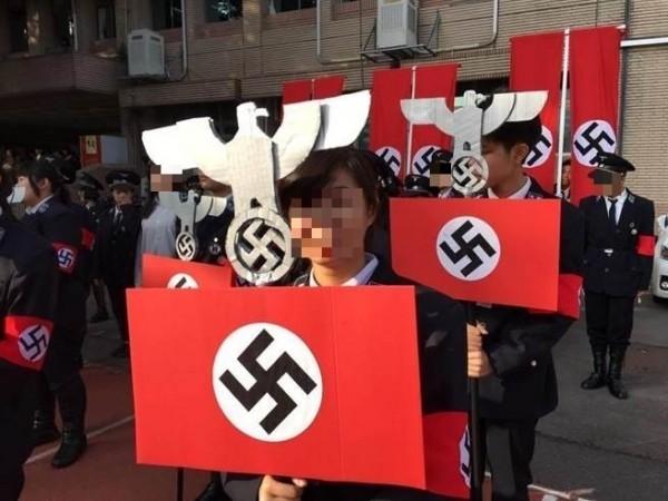 光復高中某班學生以納粹德國為主題,不但穿搭納粹風格衣帽服飾,還高舉納粹國徽「黨之鷹」及「卍」字旗排列前進。(取自臉書)