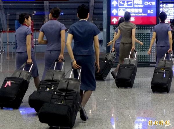 華航3名空服員飛抵澳洲外站值勤期間竟私自飛到紐西蘭玩,返回澳洲時一度被海關拒絕放行。圖中人物與本案無關。(資料照)