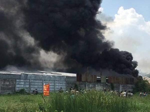 煙火工廠爆炸引發大火,黑煙衝天。(圖取自dreamers.id)