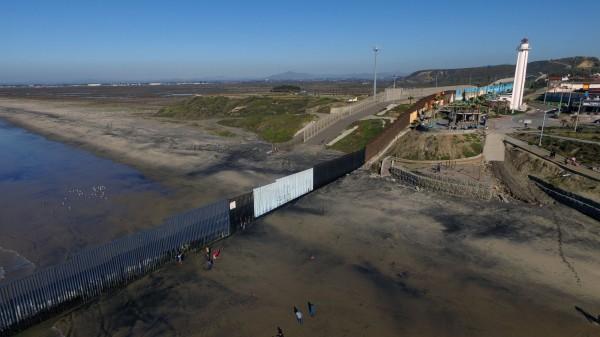 美國川普政府近來公開2份招標文件,內容是美墨長城的修建規格,其中規定圍牆將有9公尺高,長度約1120公里。(法新社)