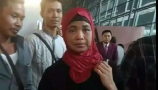 40歲的印尼移工蘇米(Sukmi bint Sardi Umar)到沙烏地阿拉伯工作,但22年來完全沒領過薪水。(圖擷自YouTube)