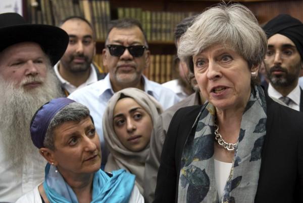 英國首相梅伊(Theresa May)痛斥恐怖主義與極端主義,稱這場攻擊「和之前發生的攻擊一樣噁心」。(美聯社)