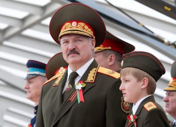 白俄羅斯於當地時間11日舉行總統選舉,有歐洲最後獨裁者之稱號的白俄羅斯總統魯卡申科(圖右)雖已在位21年,仍很有可能5度連任。(資料照,歐新社)