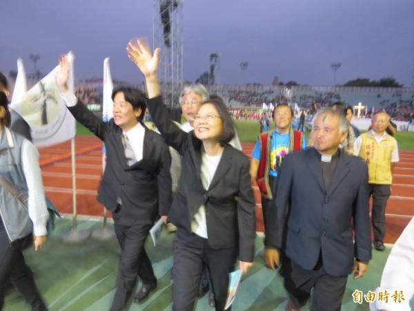 蔡英文離場時,現場有支持者大聲替蔡英文加油打氣,蔡英文向支持者揮手致意。(資料照,記者蔡文居攝)