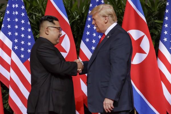 川普(右)與金正恩(左)在川金會中達成協議,歸還在韓戰中身亡的美軍遺骸。(美聯社)