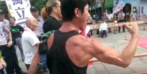愛國同心會在西門町掛五星旗,引發獨派人士抗議。(圖擷取自吳萬福臉書)