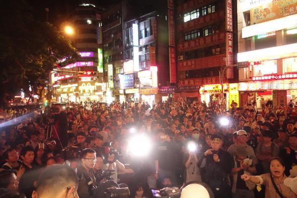 蔡丁貴及民眾為聲援因駕車阻擋蔡正元座車,而被警方移送的林姓母子檔等人,一度包圍中正一分局。(記者姜翔攝)