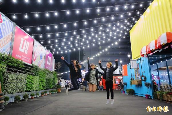 台中UNO市集貨櫃充滿繽紛色彩,讓許多民眾能開心拍照留念,也成為Instagram上知名打卡景點。(記者李惠洲攝)