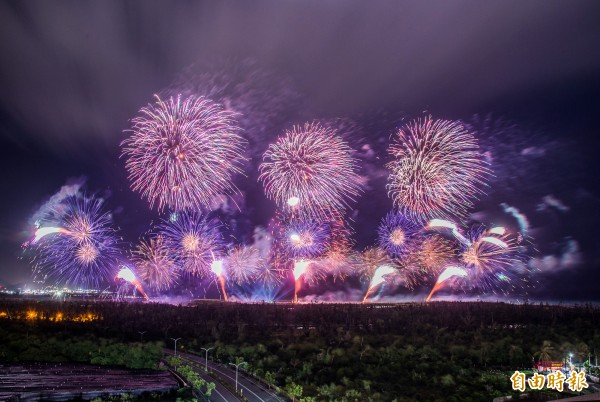 號稱是台灣史上最壯觀的國慶煙火今晚在台東登場,瞬間點亮整個台東市區,美麗的火樹銀花,一簇簇在頭頂的夜空綻放,就像是七彩顏色在黑夜中作畫。(記者張忠義攝)