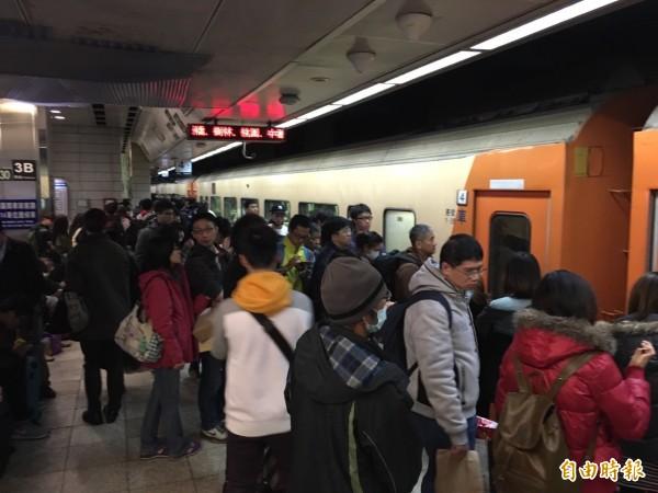 台鐵擬規定旅客到站後10分鐘內須出站,否則將開罰,此作法引發外界批評,台鐵今天將開會討論新方案,結果預計下午出爐。(資料照)