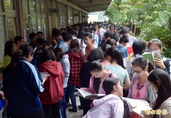 106年國中教育會考20日上午登場,首日考試科目為社會、數學、國文與寫作測驗共4科,大批考生一早就到考場備戰,進行最後衝刺。(記者黃耀徵攝)