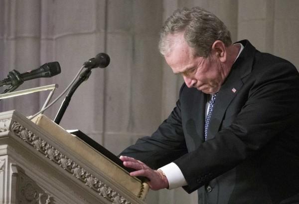 美國前總統布希在美國華府國家大教堂老布希總統喪禮上致悼辭,一度哽咽。(美聯社)