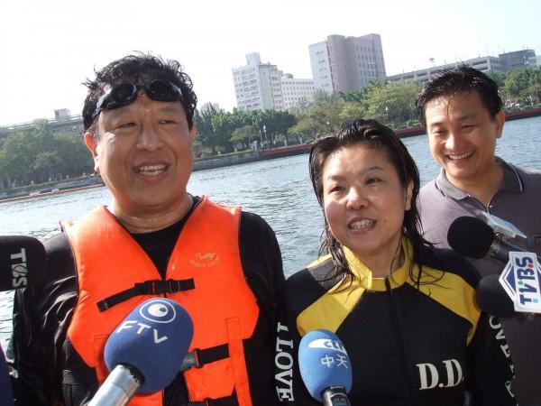 2006年在直轄市長選舉前,汪笨湖曾與媒體人黃光芹在站台時嗆說,若陳菊當選高雄市長,他們就跳愛河,之後陳菊當選他們也實踐諾言。(中央社)