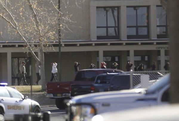 美國新墨西哥州阿茲特克中學驚傳槍響,警方疏散校內人員。(美聯社)