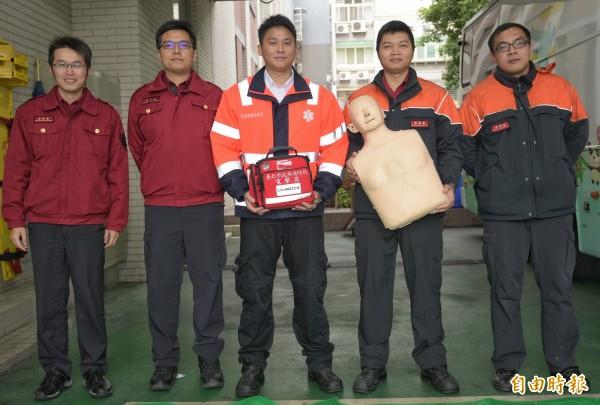 發揮專業將弟兄救回的劉威政(中)等五名消防救護員。(記者張嘉明攝)