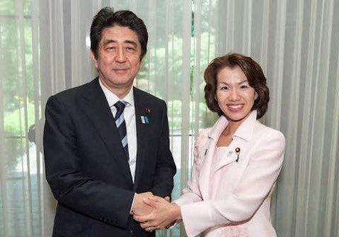豐田真由子(右)被視為首相安倍晉三(左)親信。(圖擷自推特)