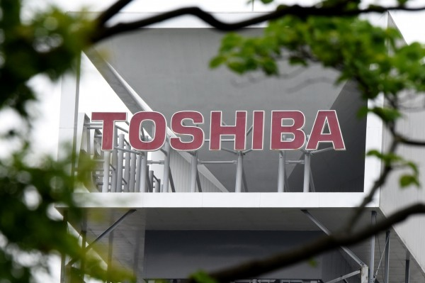 日本東芝出售記憶體晶片部門,已經與美國貝恩資本領頭的「日美韓聯盟」簽訂合作備忘錄,希望在月底達成最終協議。(法新社)