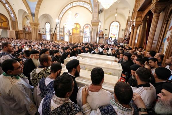 埃及有批科普特基督徒在參加完新生兒浸禮儀式後,在搭公車離開的路上遭恐怖組織IS襲擊,造成7死18傷;有大批科普特基督徒出席7名殉道者在隔天舉行的喪禮。(歐新社)