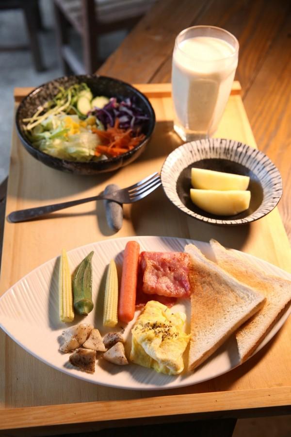 豪華露營不必煩惱餐食,一早起床就有營養滿點的早餐可以享用。(記者臺大翔攝)