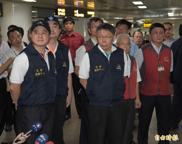 台北市長柯文哲今晚親自到場視察,臉色凝重。(記者黃耀徵攝)