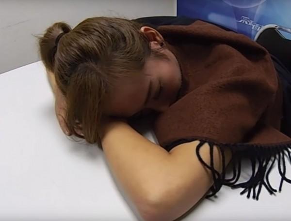香港女演員吳幸美,在去年親身體驗失身水的威力,當場在鏡頭前昏睡。(圖擷自YouTube)