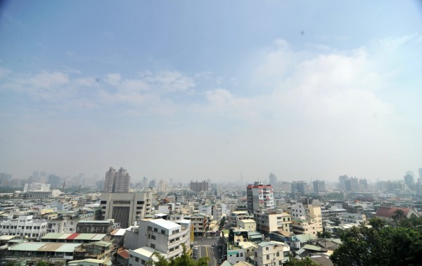 明(8)白天全台早晚舒適,白天悶熱,各地大多是多雲到晴的天氣。(資料照,記者黃志源攝)