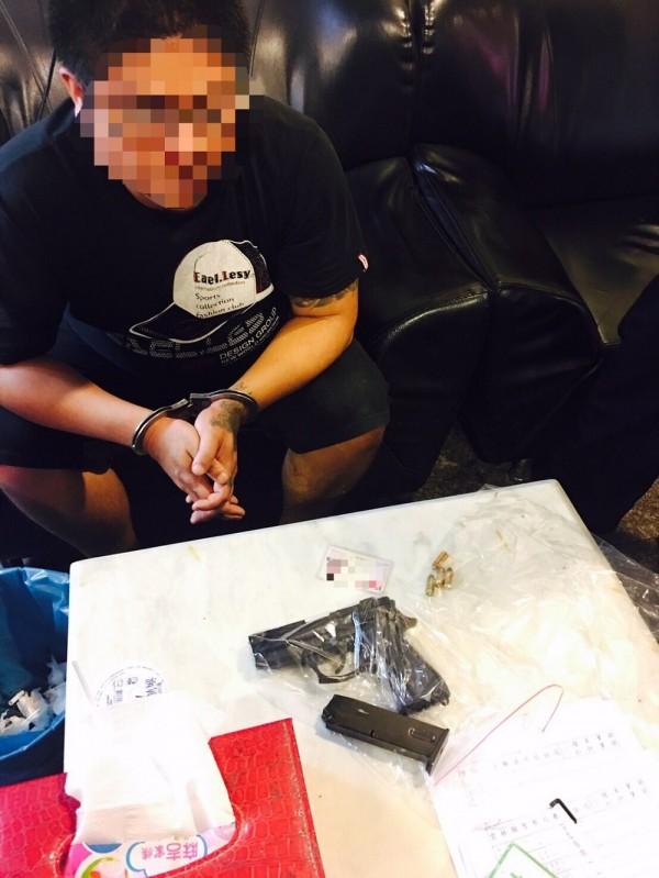 為籌罰金竟改造槍,王姓毒品通緝犯罪加一等。(記者廖淑玲翻攝)