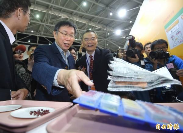 台北市長柯文哲今出席「台灣醫療科技展」,柯於致詞時表示,相比電機系,醫學系似乎「對台灣產業沒什麼貢獻」。(記者方賓照攝)