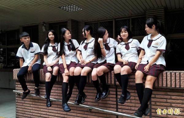 青春洋溢,活力十足,學生說即使天天穿也不膩。(記者洪美秀攝)