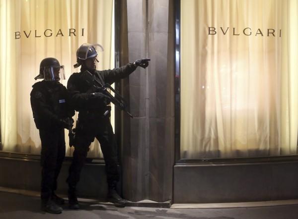 在槍擊案發生後,著名的購物大道上可以看到員警荷槍實彈戒備。(美聯社)