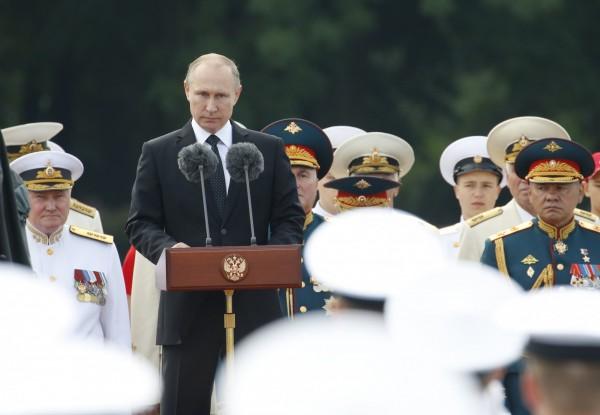 普廷致詞時表示,俄國海軍除了必須因應傳統威脅,還需要應對包括打擊恐怖與海盜組織等任務,以適應新時代的安全挑戰。(歐新社)