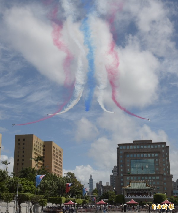 雷虎小組飛過總統府,畫面壯觀。(記者黃耀徵攝)