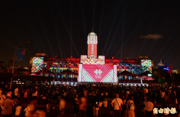 106年國慶日,晚間上千人聚集在凱道前,欣賞總統府的雷射光雕秀。(記者王藝菘攝)
