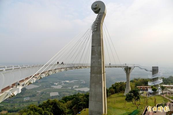 以提琴的琴頭為造型的崗山之眼,為約8層樓高、長88公尺的天空廊道。(記者許麗娟攝)