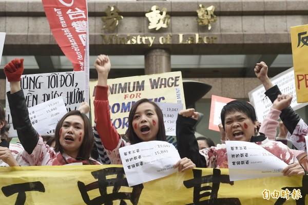 台灣移工聯盟等人今日到立法院外抗議,目前外籍看護工的薪資,18年來未曾調整,仍在1萬5840元,痛批勞動部不願提高外籍看護薪資待遇,根本是「奴工販運部」。(記者陳志曲攝)