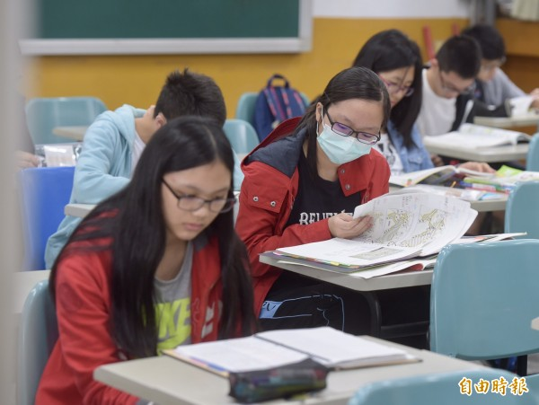 106年國中教育會考上午登場,考生們把握臨考前最後時間,聚精會神複習的專注神情。(記者黃耀徵攝)