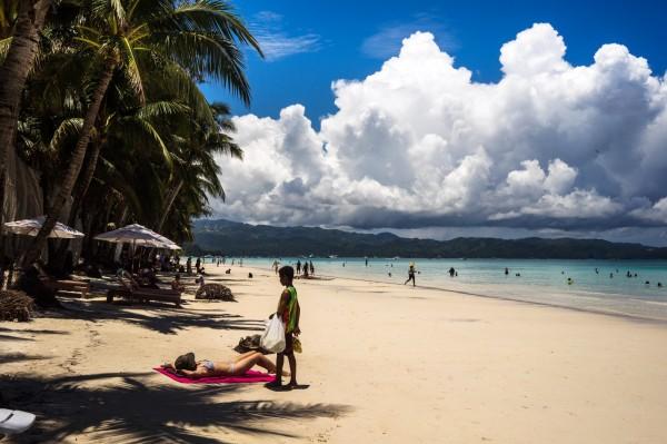 長灘島因細粉般的白沙、淺層的碧藍海水與熱鬧的夜生活,蟬聯世界最佳島嶼榜首。(彭博)