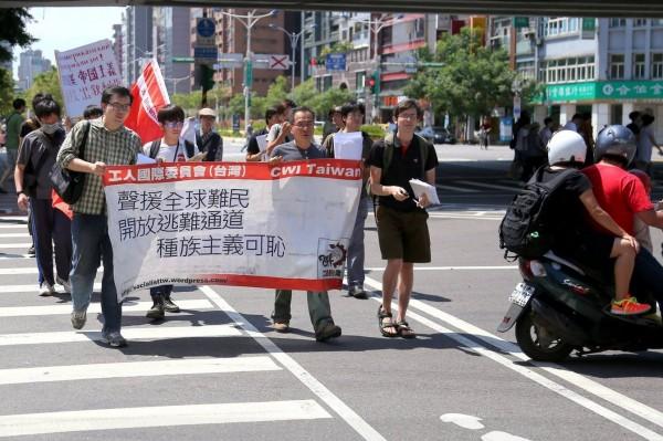 抗議人士喊著「聲援全球難民」、「開放逃難通道」、「種族主義可恥」的口號抗議。(圖擷取自苦勞網)