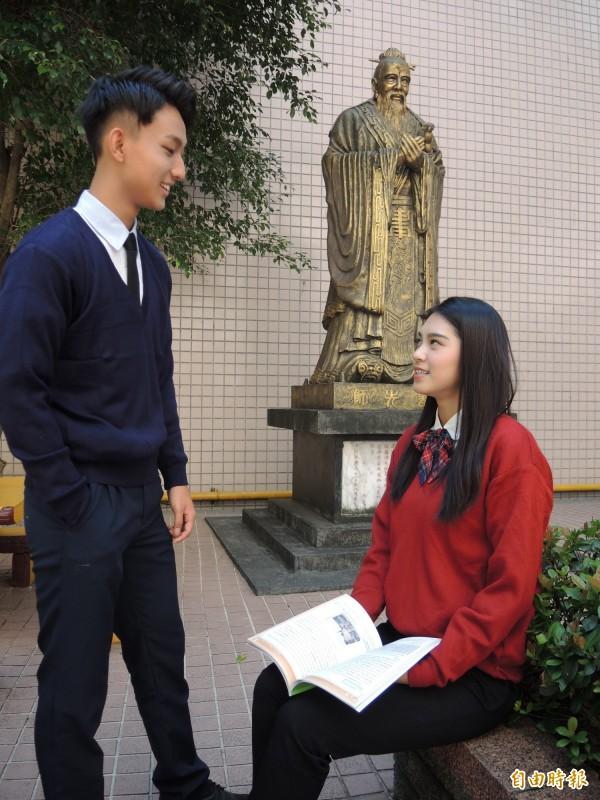 冬季制服以紅藍兩色呈現高中生的熱情與穩重。(記者翁聿煌攝)