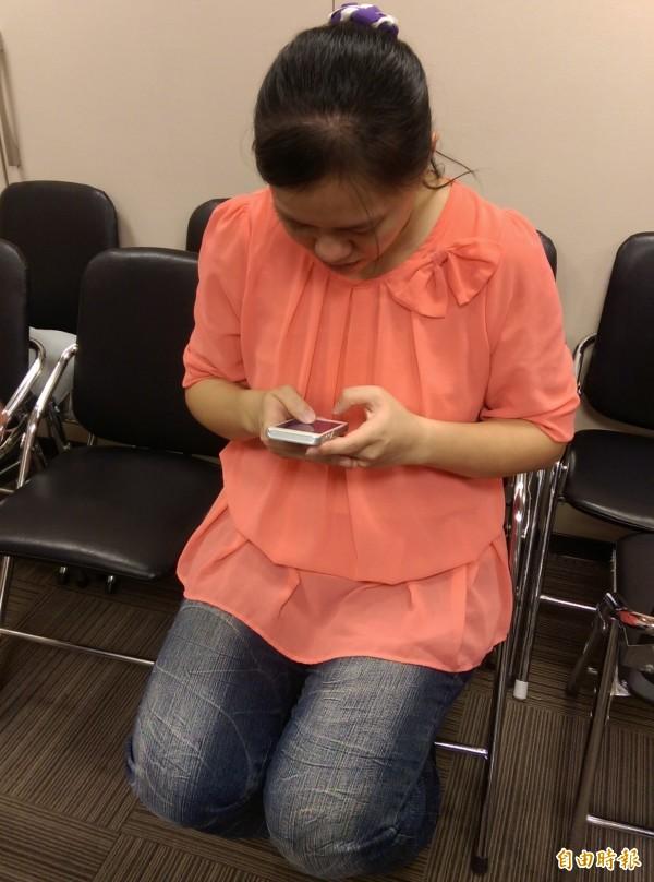 很多民眾經常低頭滑手機,可能加重頸椎負擔,出現肩膀痠痛等症狀。(資料照)