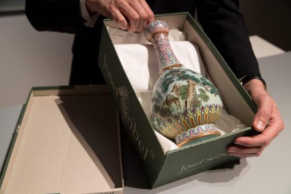 1個在閣樓發現的花瓶,今日在法國巴黎蘇富比拍賣行拍賣,賣出了1620萬歐元(約新台幣5.7億元)的高價。(法新社)