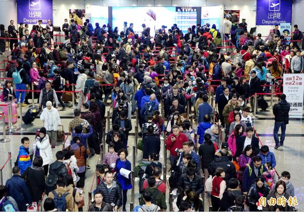 桃園機場去年入出境旅客量高達近4500萬人次,較2016年還增長6%,但桃機許可容量才約3400多萬人次,嚴重超載。(資料照,記者朱沛雄攝)