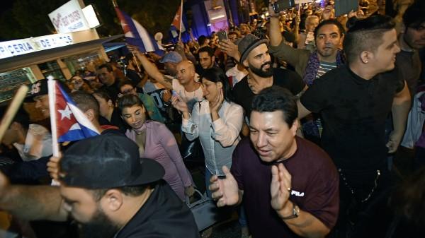 上千古巴裔美國人上街狂歡慶祝,高喊「那個老人死了」、「自由、自由、古巴自由了」。(美聯社)