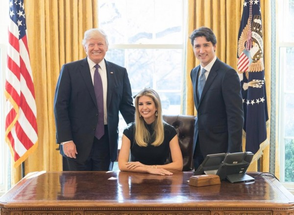 日前加拿大總理杜魯道來訪時,伊凡卡在坐在白宮橢圓形辦公室的總統座位。(圖擷取自伊凡卡Instagram)