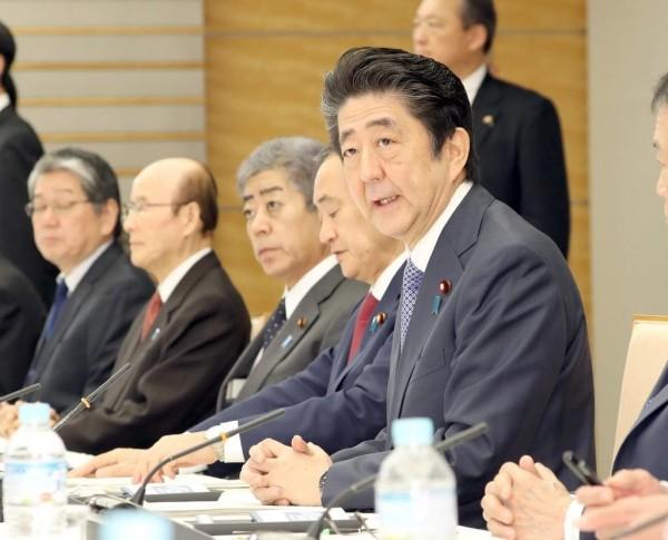 圖為日本首相安倍晉三出席11日在首相官邸召開的「安全保障與防衛力相關懇談會」。(取自產經新聞)