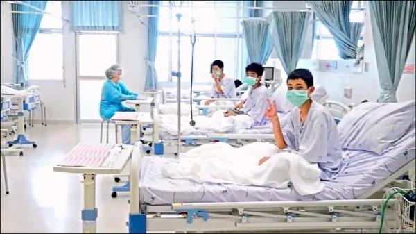 泰國政府發佈的影像顯示,受困睡美人洞十餘天的「野豬隊」少年,正在醫院康復中。(美聯社)
