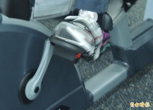 英国有小学在教室课桌下引进简易健身脚踏车,让小朋友运动减重拚健康,还能增加专注度。示意图。(资料照)